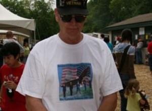 ブカブカのTシャツを着ている男性