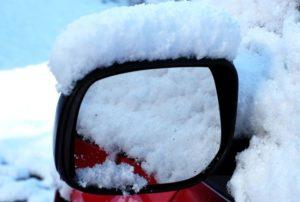 車のサイドミラーに降り積もった雪