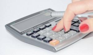 計算機を利用する女性