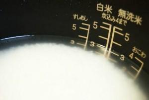 炊飯器の釜の中の水に浸したお米