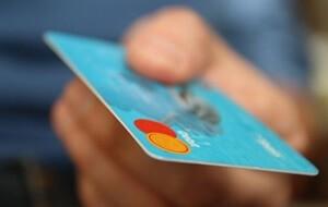 クレジットカードを手渡す