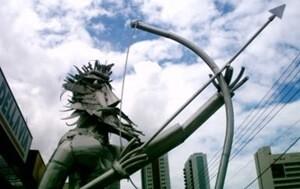 弓をひく銅像