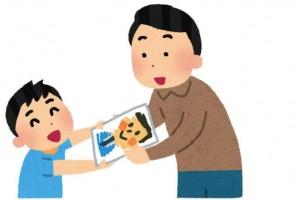 子供から似顔絵をプレゼントされる父親