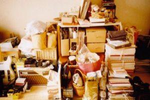 乱雑に本が積み上げられた書斎