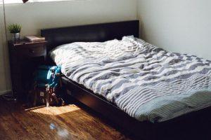 シンプルなセミダブルのベッド