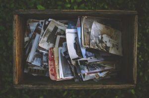 写真が詰まった木箱