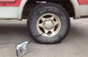 コンプレッサーでタイヤの空気入れ