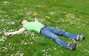 芝生に寝そべる男性