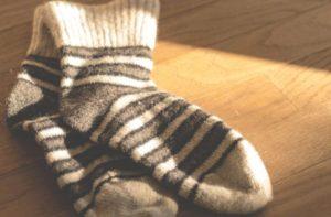 足つぼマットの刺激を弱める厚手の靴下