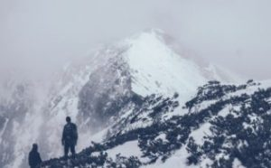 雪山を眺める人
