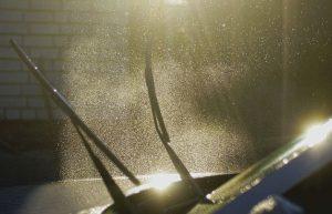 車のワイパーの交換費用を節約する3つ方法