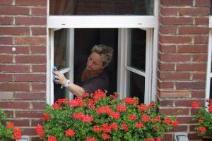雑巾で窓掃除をする女性