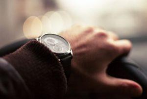 ハンドルを握る手の腕時計
