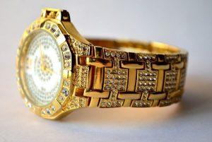 金ピカの腕時計