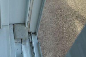 窓枠の汚れをクイックルワイパーのシートの隙間で掃除