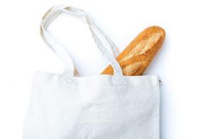 エコバッグからはみ出たフランスパン