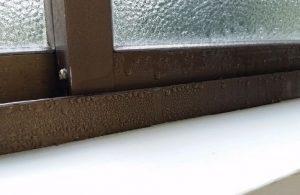 結露した窓枠