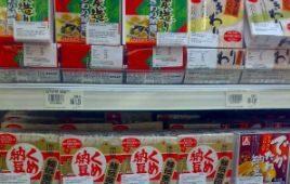 スーパーの食品棚の納豆