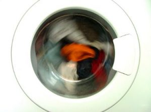 ドラム式洗濯機が回っている様子