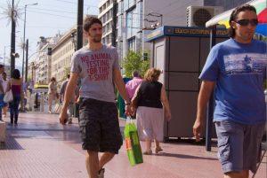 Tシャツ姿で歩く二人の男性
