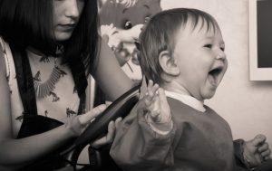 子供の髪を切る母親