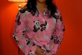 パンダ柄の派手なパジャマを着ている女性