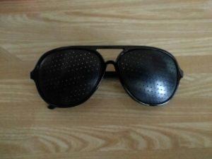 100円ショップのピンホール眼鏡