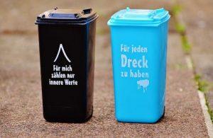 黒と青のゴミ箱