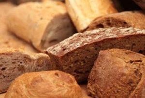 全粒粉の黒っぽいパン