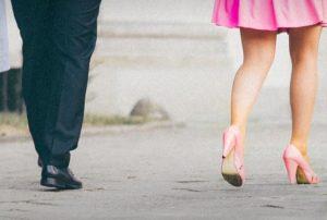 ならんで歩くカップルの足元