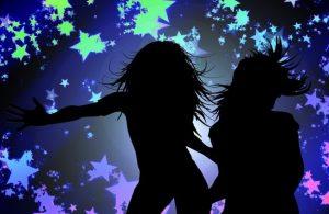 踊っている二人のシルエット