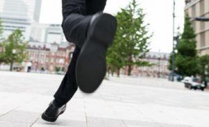 革靴で走るサラリーマン