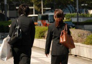 スーツ姿の女性の後ろ姿