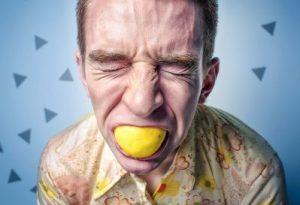 レモンをかじる男性