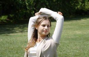 肩のストレッチをする外人女性