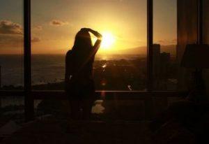 朝陽を浴びる女性
