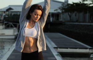 背伸びをする外国人女性