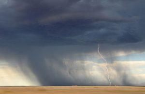 竜巻(自然災害)が発生しそうな不安な空模様