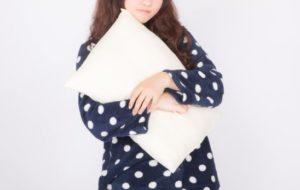 枕がないと眠れないパジャマを着た女性