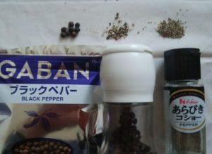 一般的な胡椒と100円ショップのミルで砕いた胡椒の大きさの比較