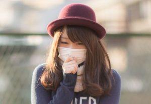 風邪をひいて香りを感じにくくなっている女性
