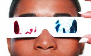 3D眼鏡をかけている人