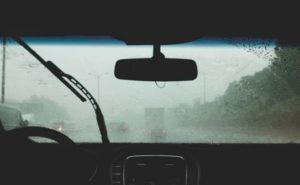 大雨をワイパーでしのぐドライバー