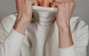 タートルネックを着ると首が苦しい時の本当の対処法!