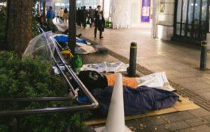 最新家電製品を手に入れる為に徹夜で寝袋で並んでいる人達