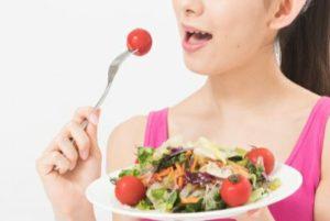 野菜を食べて体質改善を目指す女性